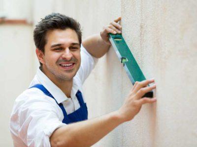 Выравнивание стен штукатуркой при ремонте квартиры