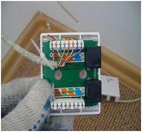 Провода заправляются в соответствующие порты согласно выбранной схеме и обжимаются в специальном зажиме